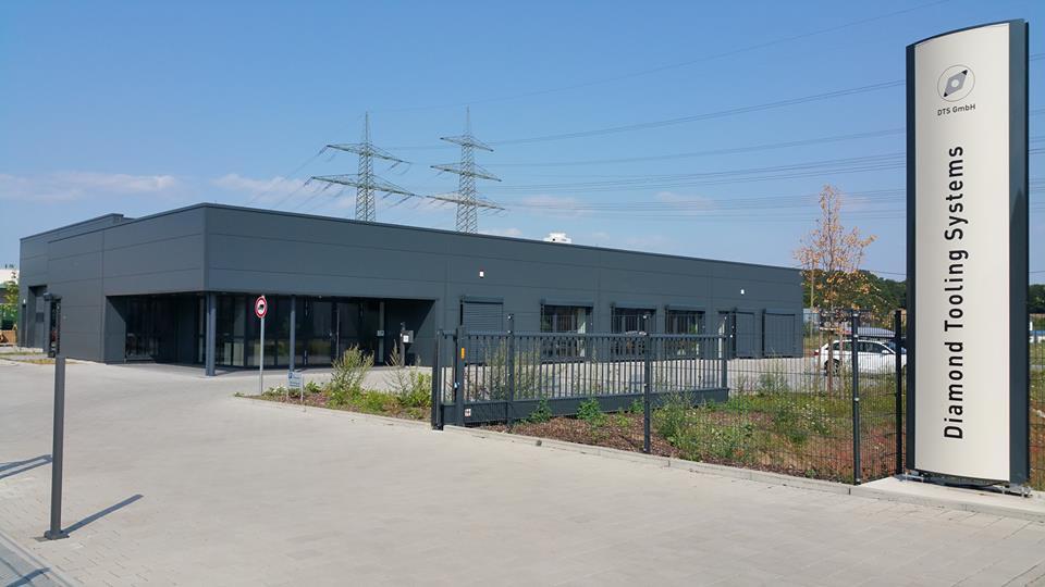 Verwaltungsgebäude mit integrierter Produktion und Außenanlage