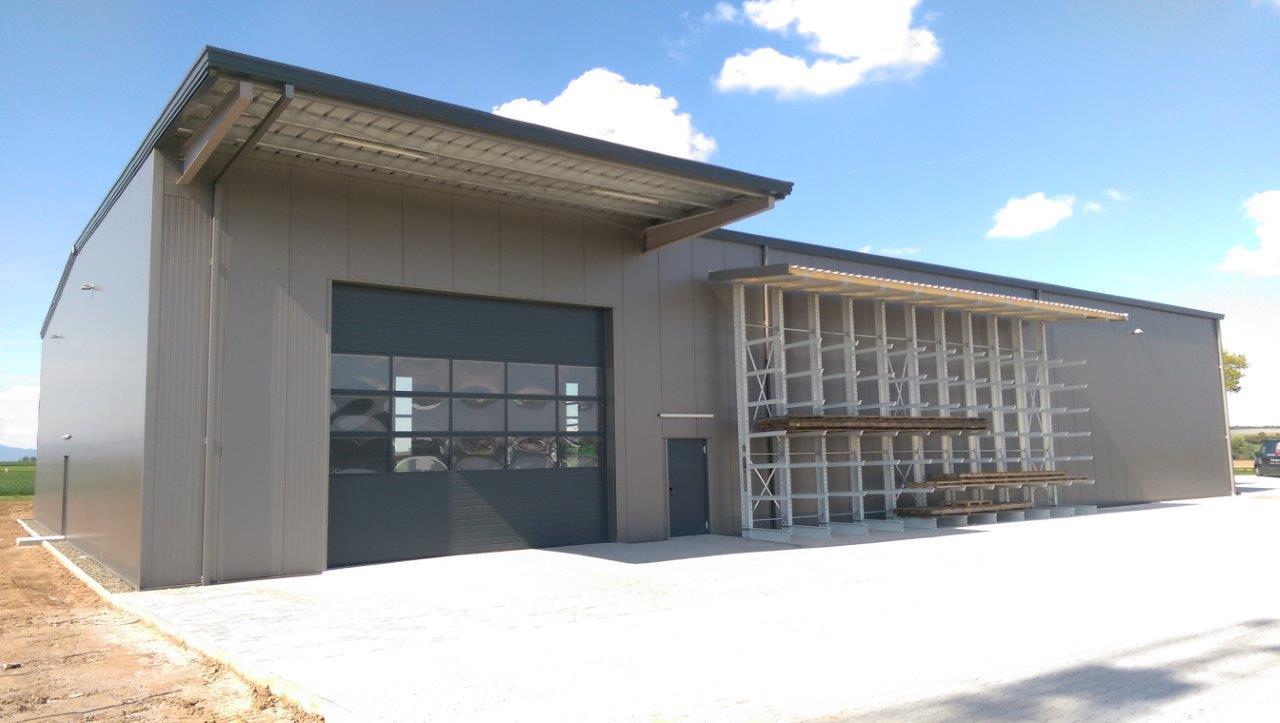 Lagerhalle mit Bürogebäude und Außenanlage