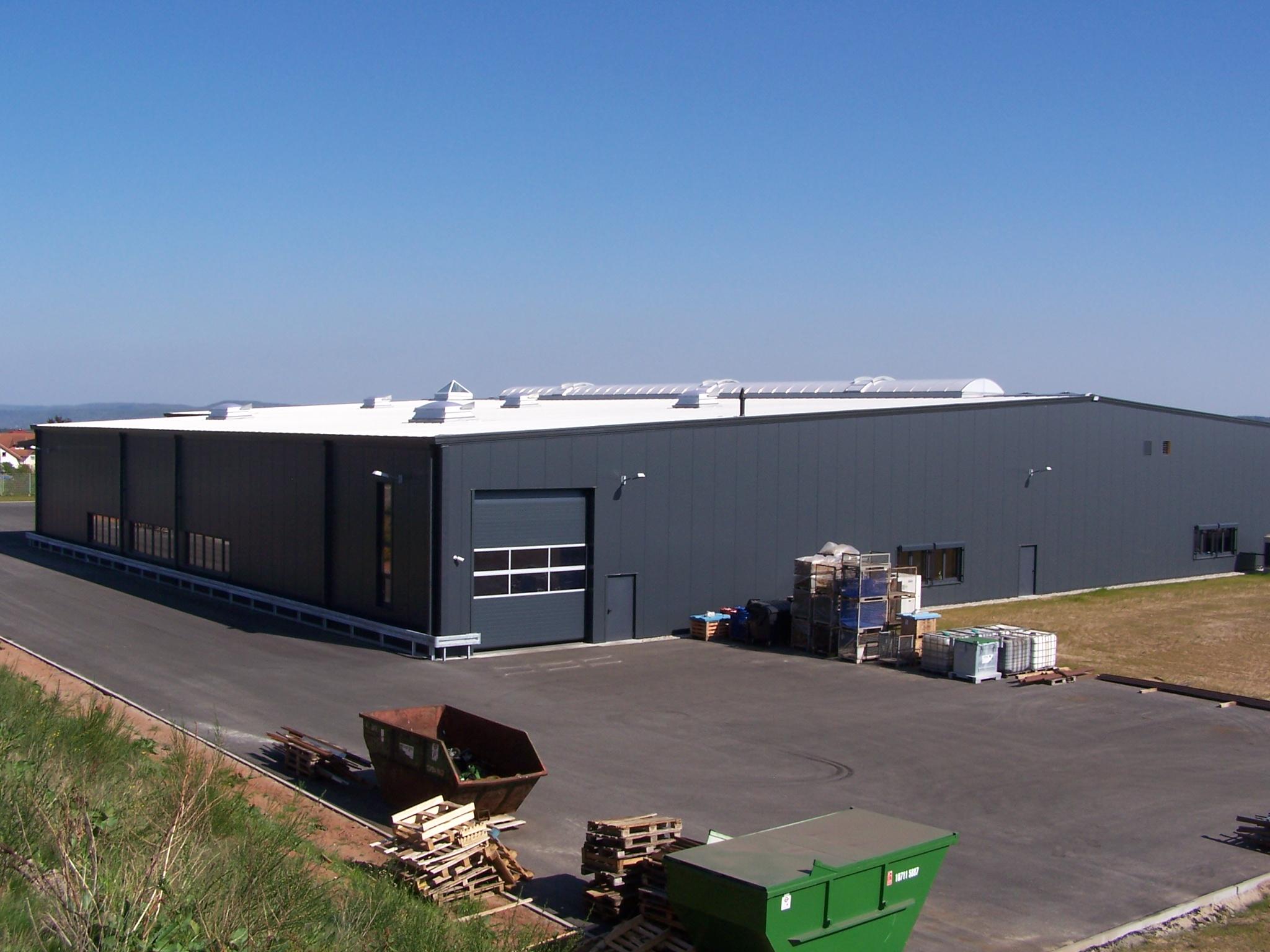 Produktionshalle mit Verwaltungstrakt