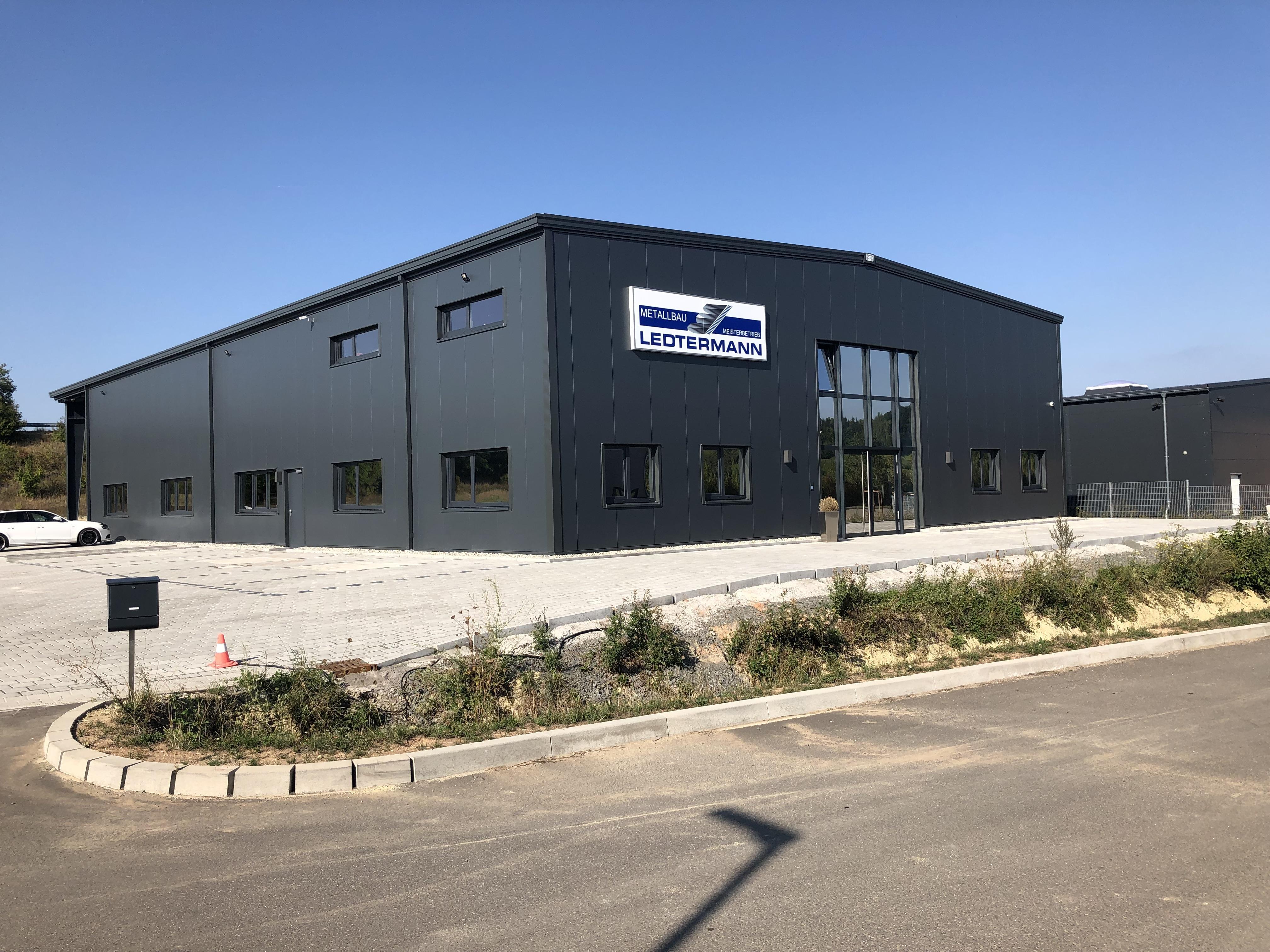 Neubau Produktionshalle mit Büroeinbau und Außenanlage